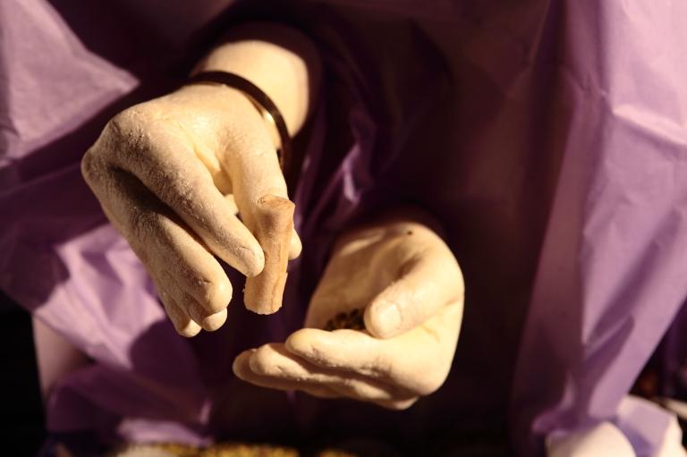 1001 mains- installation réalisé avec Mariem Méliani- Mains 100% comestible- moulage des mains des ouvrières de la patisserie Masmoudi en chocolat blanc (1)