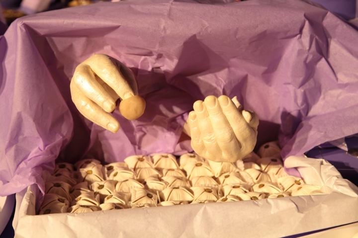 1001 mains- installation réalisé avec Mariem Méliani- Mains 100% comestible- moulage des mains des ouvrières de la patisserie Masmoudi en chocolat blanc (2)