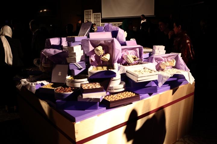 1001 mains- installation réalisé avec Mariem Méliani- Mains 100% comestible- moulage des mains des ouvrières de la patisserie Masmoudi en chocolat blanc (3)