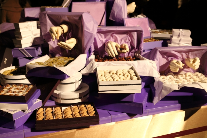1001 mains- installation réalisé avec Mariem Méliani- Mains 100% comestible- moulage des mains des ouvrières de la patisserie Masmoudi en chocolat blanc (5)