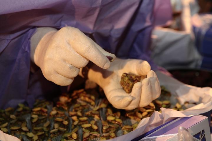 1001 mains- installation réalisé avec Mariem Méliani- Mains 100% comestible- moulage des mains des ouvrières de la patisserie Masmoudi en chocolat blanc (6)