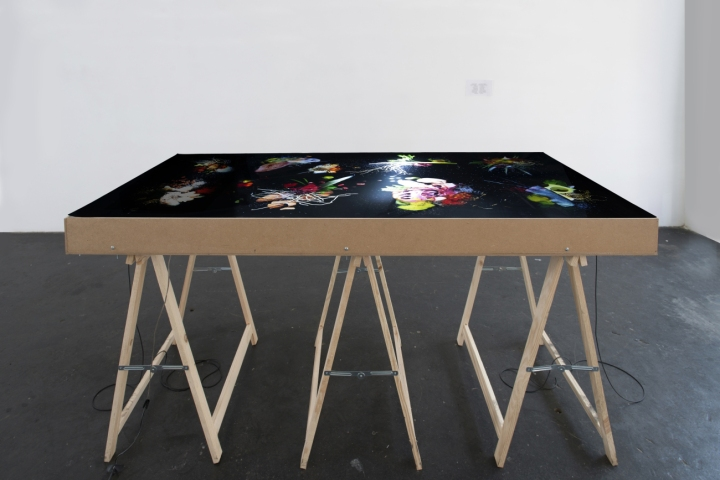 «Le festin des affamés», table lumineuse intéractive, 160x75x90cm, 2014.